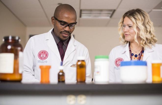 Tìm hiểu quy trình đào tạo ngành dược tại Mỹ