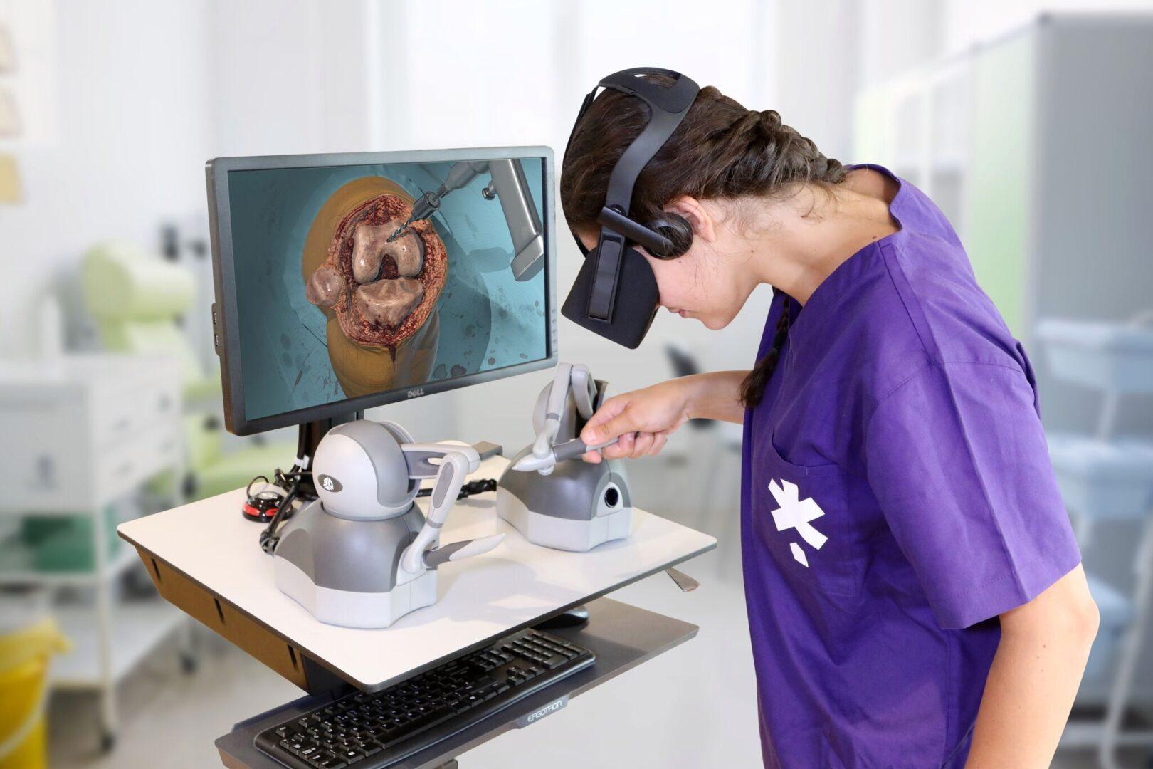 sinh viên y dược học theo phương pháp thực tế ảo